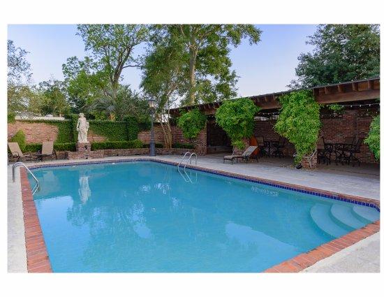 White Castle, LA: Pool and hot tub area