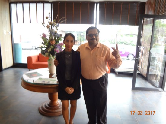 Marsi Hotel Bangkok: this is photo clicked with the hotel receptionist.. very courteous girl