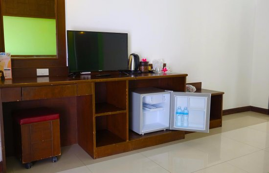 YK Patong Hotel: Deluxe room have free 2 drinking water , tea - coffee, kettle , hair dryer