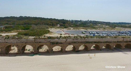 Cesarea, Israel: Кадры с захватывающего видео акведука снятого  с квадрокоптера на канале Chirkov Show (Ютюб). Об