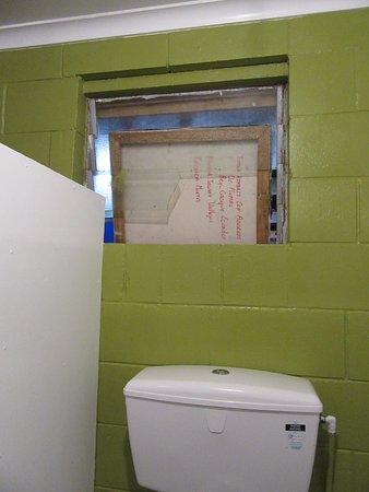 Opotiki, Nueva Zelanda: Broken window in women's toilet. Toilets may be clean but windows need attention.