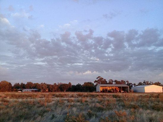 Hay, Australien: Looking back to Maxie's Retreat on left
