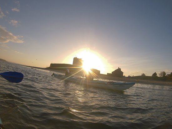 Blairgowrie, UK: Sunset kayaking near Dundee at Broughty Ferry Castle