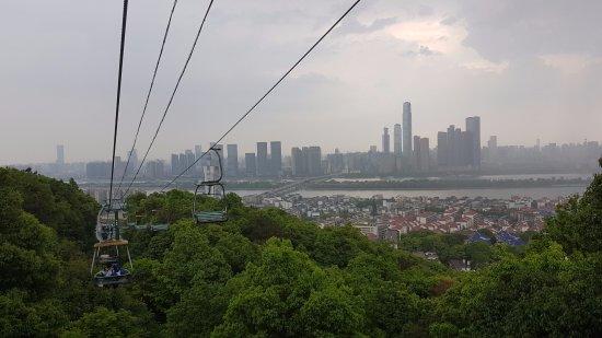 Menikmati pemandangan kota changsha dari cable car