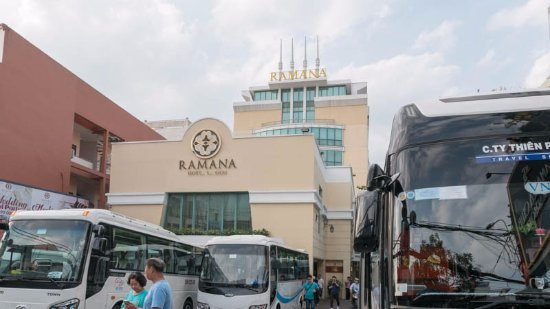 Ramana Hotel Saigon: ホテル全景とエントランスの観光バス