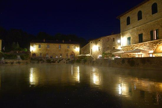 San Quirico d'Orcia, Italy: Notturno
