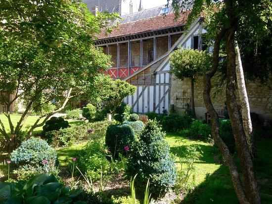 Le jardin de la cathedrale prices guesthouse reviews for Le jardin de la france