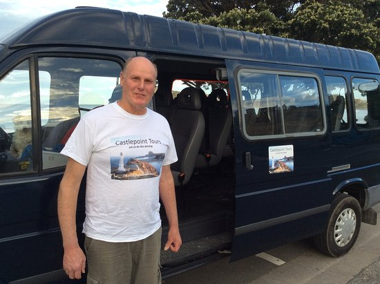 Wairarapa, Nueva Zelanda: Ray with the minibus at Castlepoint