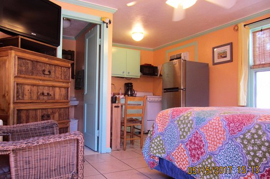 Faraway Inn: Newly Remodeled Motel Room 8 - Full Size Bed, fridge, micro, toaster,coffee maker, large shower