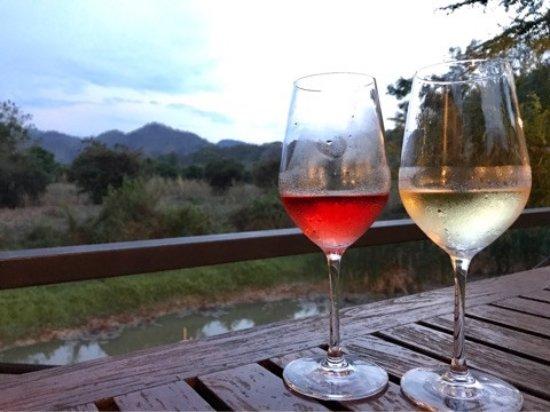 ปากช่อง, ไทย: 夕食の際に注文したワインセットです。ロゼ1杯、白1杯、赤2杯のセットです。