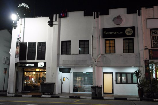 5footway.inn Project Chinatown 2 : That was the Hotel @ night right across the pagoda St. China town