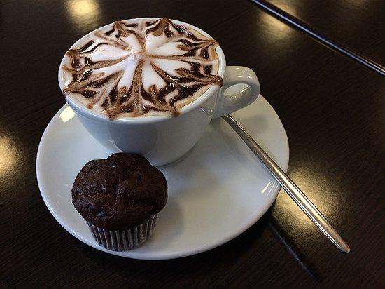 Pero, Italia: cappuccino e mini muffin al cioccolato