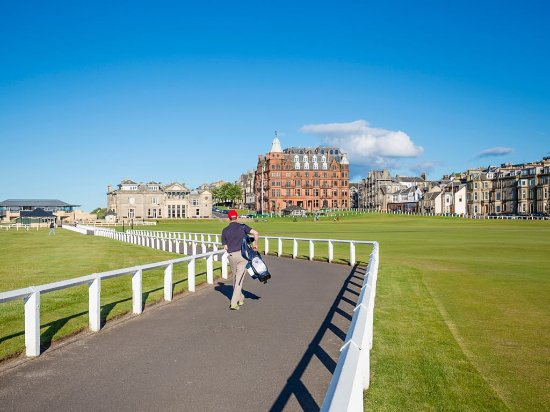 St. Andrews, UK: Golfer at the Old Course, St Andrews