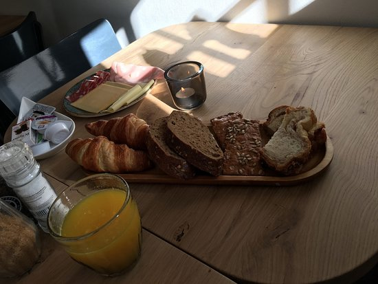 Nes, The Netherlands: Heerlijk ontbijt! wordt voor je op tafel geserveerd.