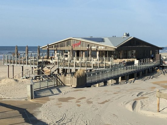 Nes, The Netherlands: Strandpaviljoen Sjoerd op 1 km afstand van hotel zee van tijd