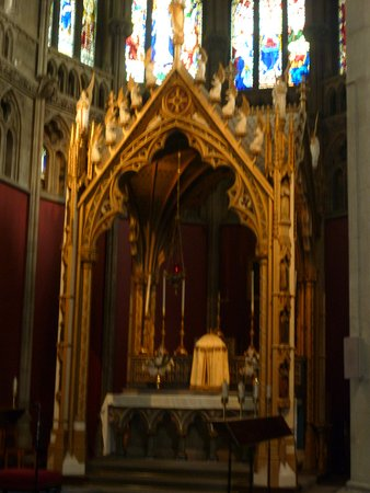 Our Lady and the English Martyrs (Roman Catholic): The altar