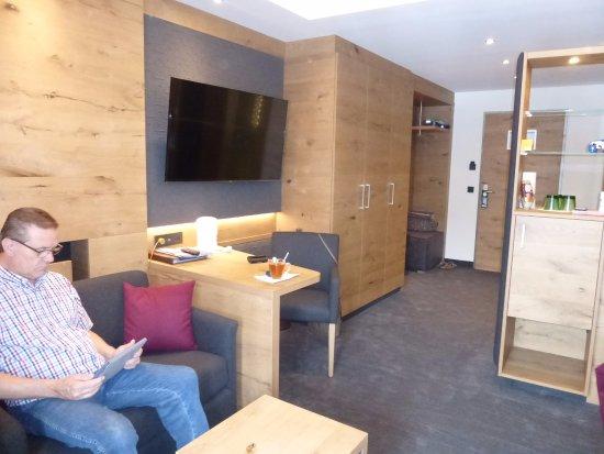 Tv In Muur : Dit was onze luxe kamer grote tv aan de muur zitgelegenheid enz