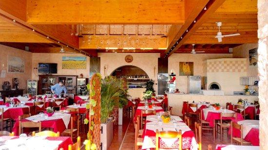 Puegnago sul Garda, Italia: ampia sala sia rustica che moderna