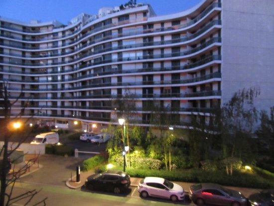 ジョアンヴィル=ル=ポン, フランス, ホテルから見た、向かいのビル、1階にコンビニ:Franprix、がある