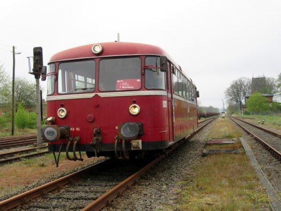 Meyenburg, Tyskland: Auf dem Schienenbus VT 98 kann der Ehrenlokführer gemacht werden