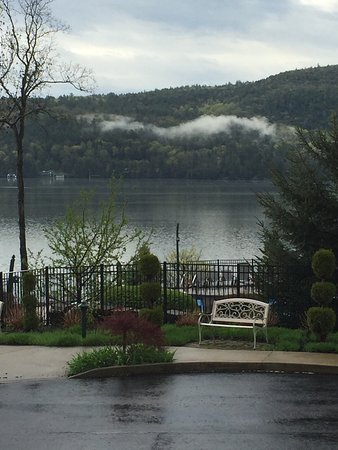 The Lodges at Cresthaven: Beautiful views of the lake from our front porch.