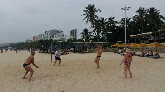 South China Hotel: отдыхающие играют в волейбол.