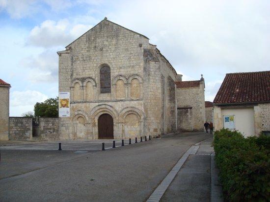 Fontaines, Francia: La façade