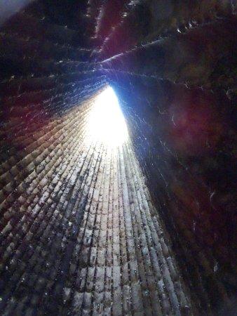 Mechernich, Deutschland: Hier sieht man die Form der Baumstämme ganz deutlich. Die Kapelle ist nach oben offen.