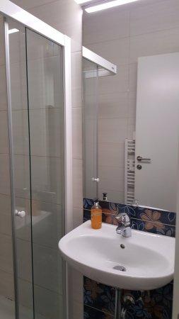 H2O Hostel: Bathroom 1