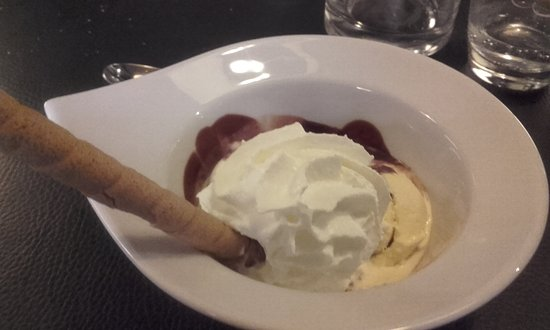Oudenaarde, Bélgica: Dessert: Dame Blanche (ice cream and hot chocolate sauce