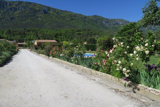 Belvianes et Cavirac, Frankreich: Entrada amplia. Zona de aparcamiento muy grande.