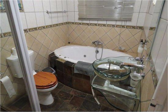 Anandi Guesthouse: Bathroom with Jacuzzi bath