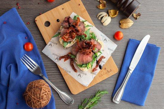 Rotisserie: Брускетта с ростбифом и вялеными томатами