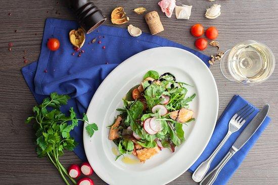 Rotisserie: Салат с лососем и авокадо с соусом Легкий