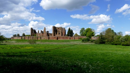 Kenilworth, UK: The ruins viewed across the fields