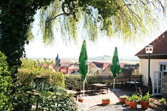 Biergarten mit Blick ins Leinetal - Bild von Burgschanke ...