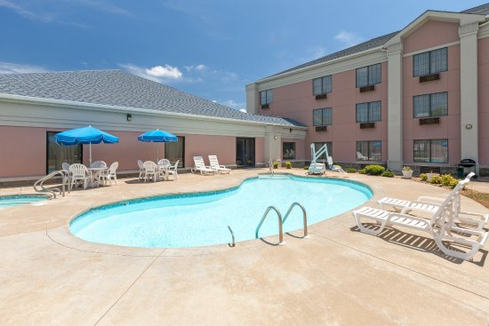 Poteau, OK: outdoor pool and hot tub