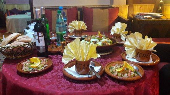Riad Atlas Toubkal : ужин в гостиной сьюта