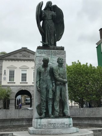 ‪‪Cobh‬, أيرلندا: Statue paying tribute to the men who went out into their ships to rescue people from the Luftsan‬