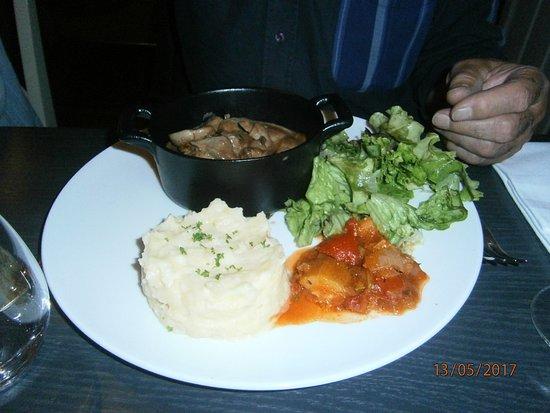 Guingamp, France: Rognons veau sauce pleurotte + riz + ratatouille et salade)