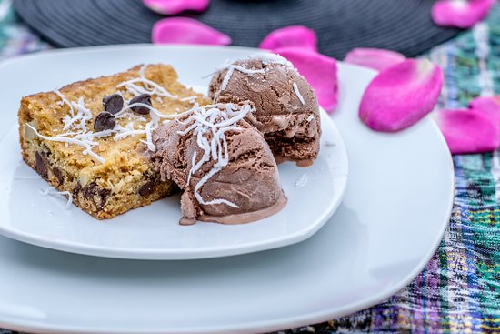 Lake Atitlan, Guatemala: Chocolate and macadamian nut blondie with ice cream