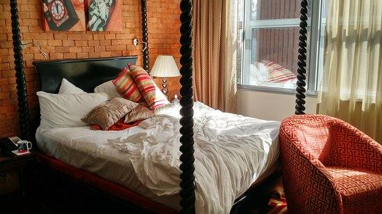 Hotel Indigo London Tower Hill : Room 407 - excuse the unmade bed - we were checking out :-)