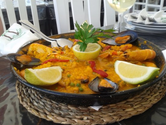 Puerto de la Duquesa, España: This is a paella for 3 persons and easily feeds four.