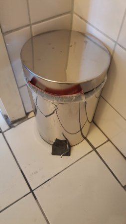 Hotel Kolbeck: How to open the dustbin without hurting your foot?