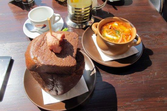 Старый город: мясная солянка и гороховый суп в хлебной чашке