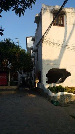 Atlantis Dive Resort Puerto Galera: Rua em frente ao hotel