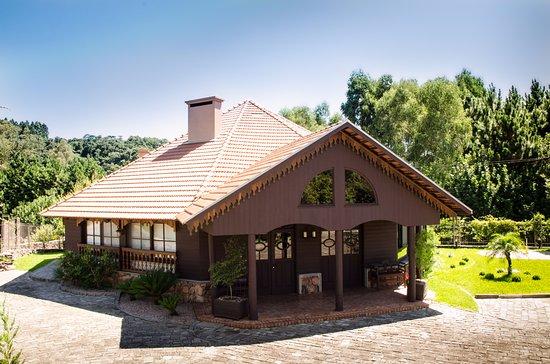 Flores Da Cunha, RS: Localizada em Otávio Rocha, a Casa Gazzaro, possui a venda todos produtos produzidos pela Viníco