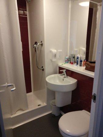 Travelodge Manchester Upper Brook Street: Tiny bathroom