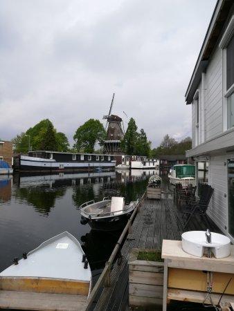 Minties: Terasse mit eigenem Boot und mit Mühle im Hintergrund