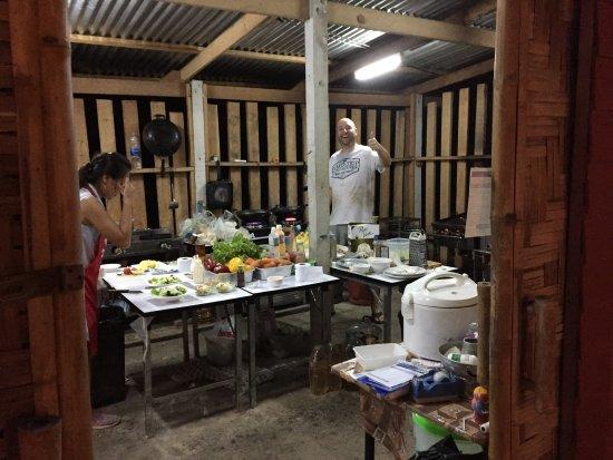Sam Roi Yot, Tailandia: Kokken ved at gøre klar til servering af vores super bøffer